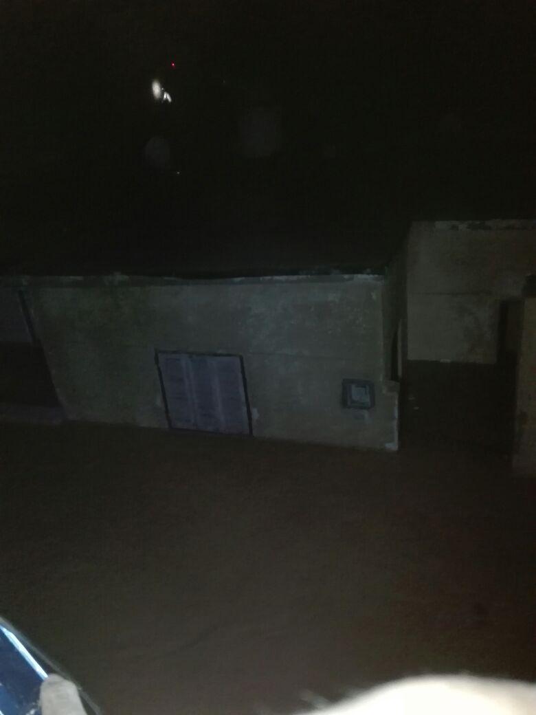 مياه السيول تغرق الأدوار الأرضية من المنازل