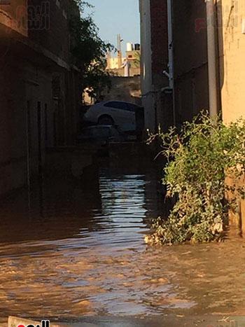 منازل غارب غارقة في مياة السيول