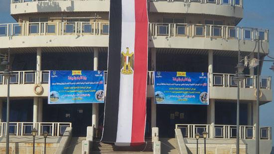 """بانر المهرجان وعلم مصر بطول """"المطعم العائم"""" على شاطئ بورسعيد"""