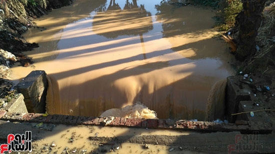 تحويل للمياه داخل إحدى الترع