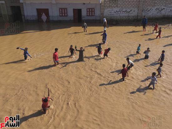 تجمعات مياه السيول بقرية الحاجر تحول القرية لمنتجع