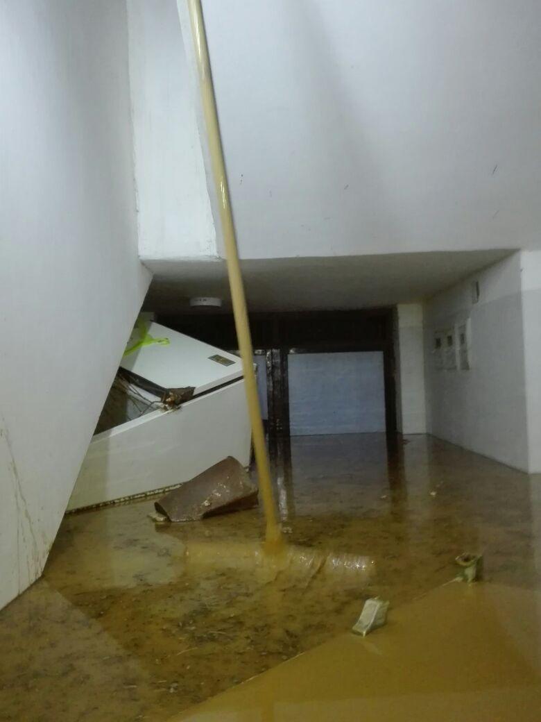 مياه السيول تغرق أثاث المنازل فى رأس غارب