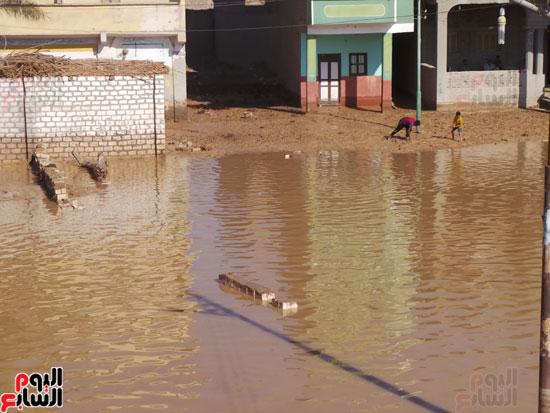 مياه السيول تملأ القرية