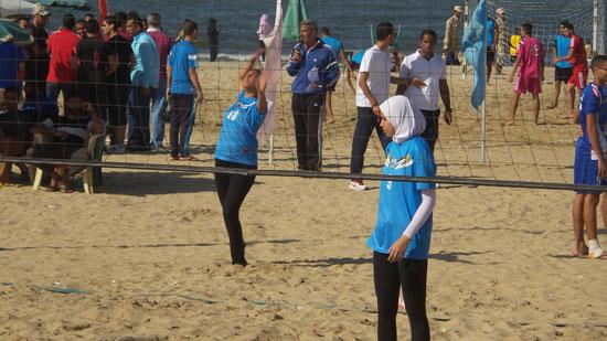 فتيات الجامعات على شاطىء بورسعيد