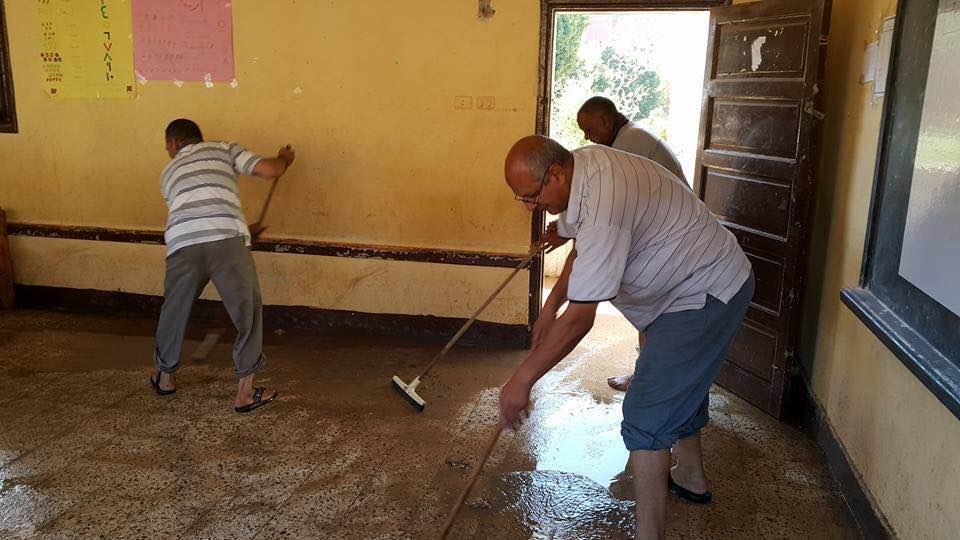 مدرسون ينظفون مدرستهم