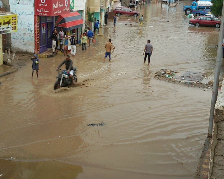 تعطل المرور بسبب المياه