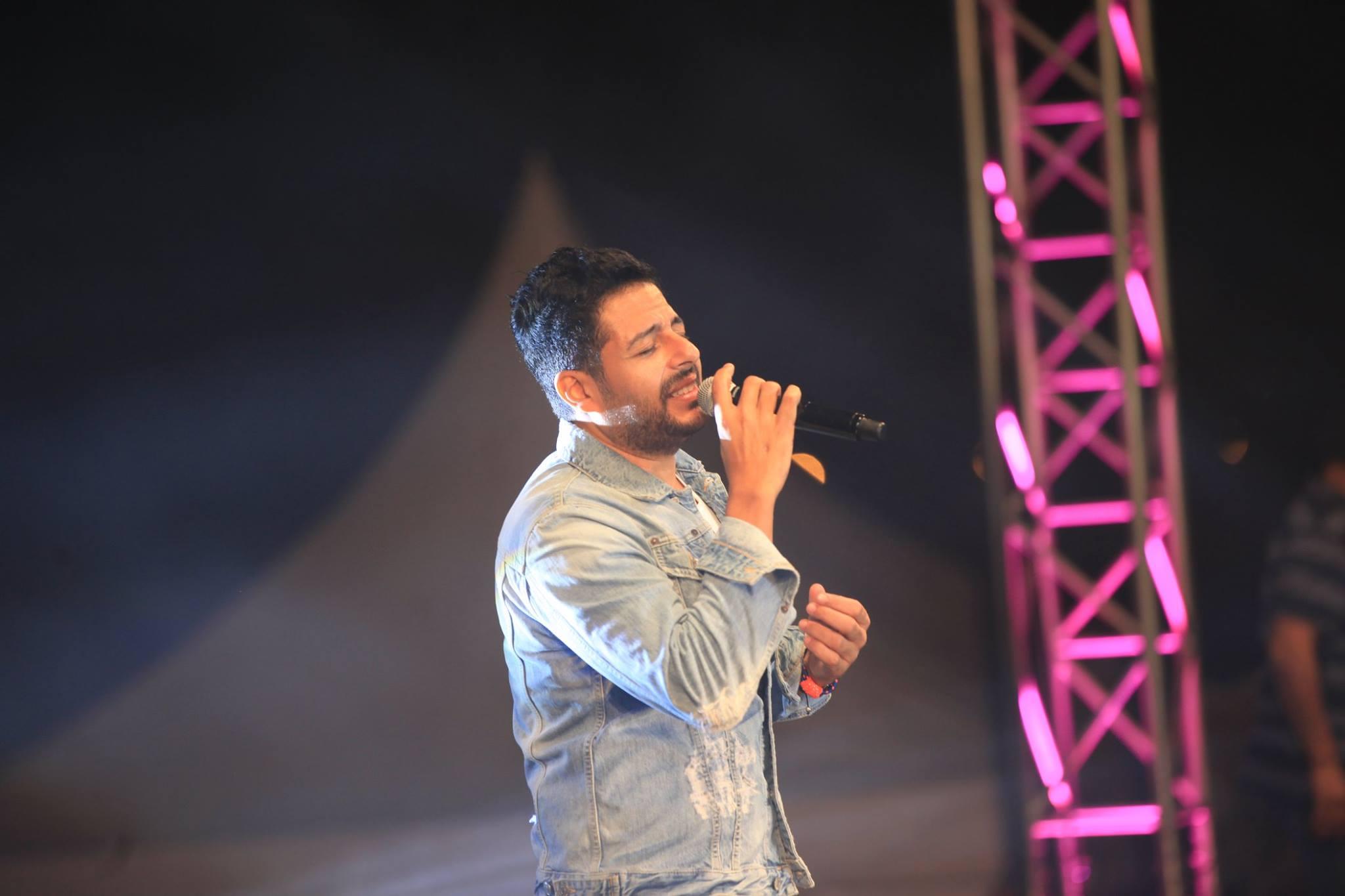 حماقى يشدو بأغانيه خلال حفل الجامعة الأمريكية