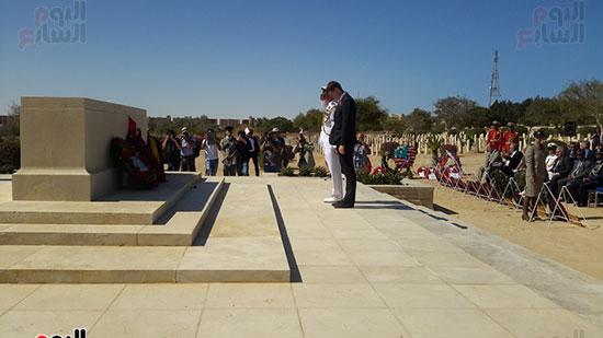 وضع أكاليل الزهور على نصب مقابر الكومنولث