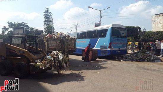 رفع المخلفات بسيارات مجلس المدينة