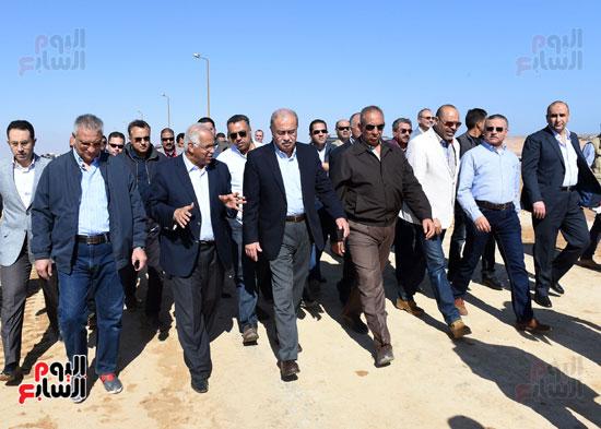رئيس الوزراء خلال الجولة