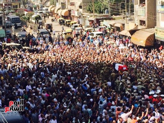 الآلاف من أهالى البحيرة يشاركون فى جنازة الشهيد