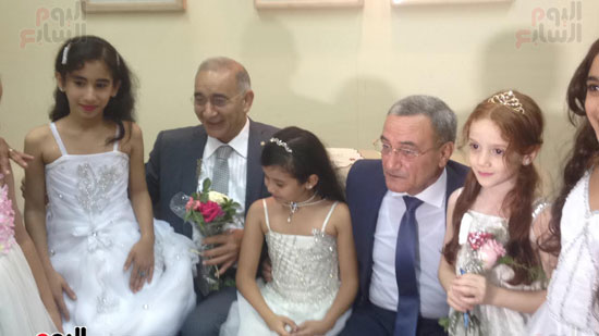 محافظ القليوبية واللواء عمر عز الدين مع الاطفال