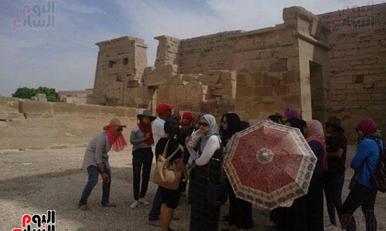 الفتيات المشاركات برحلات وزارة الشباب فى زيارة لمعبد الكرنك