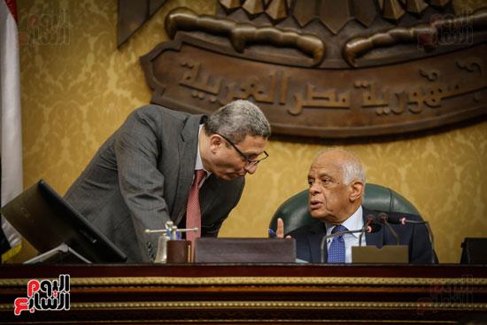 حديث جانبي في الجلسة العامة بين الامين العام علي عبد العال رئيس مجلس النواب