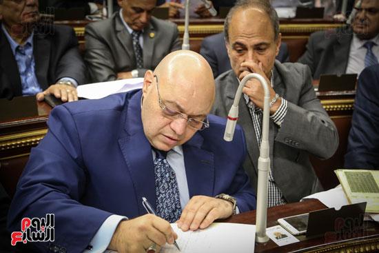 احد النواب يكتب طلب للوزراء