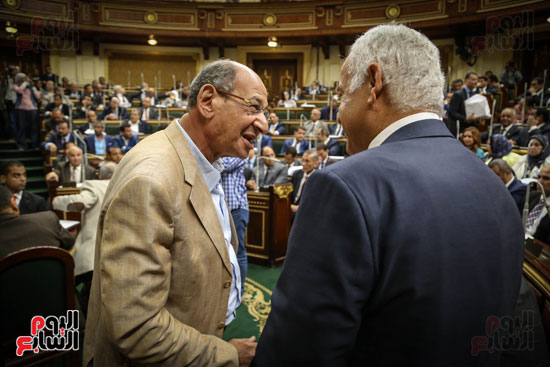 حديث جانبي في الجلسة العامة بين النواب