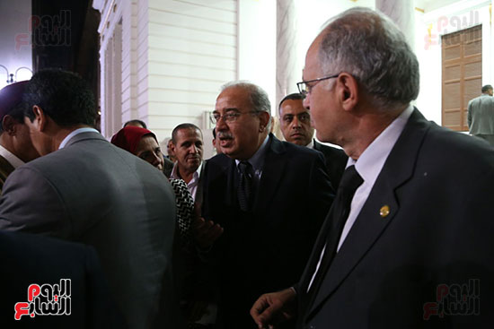 التفاف النواب حول رئيس الوزراء بعد خروجه من القاعة (2)