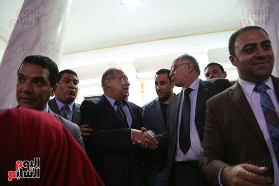 التفاف النواب حول رئيس الوزراء بعد خروجه من القاعة (7)