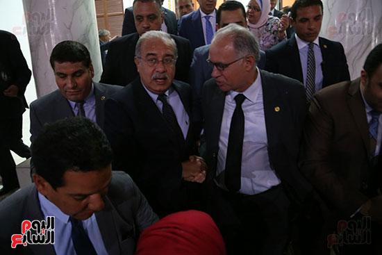 التفاف النواب حول رئيس الوزراء بعد خروجه من القاعة (3)