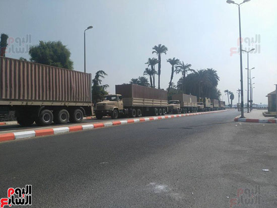 تريلات القوات المسلحة المحملة بالمساعدات للقرى المضارة