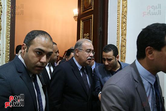 التفاف النواب حول رئيس الوزراء بعد خروجه من القاعة (5)