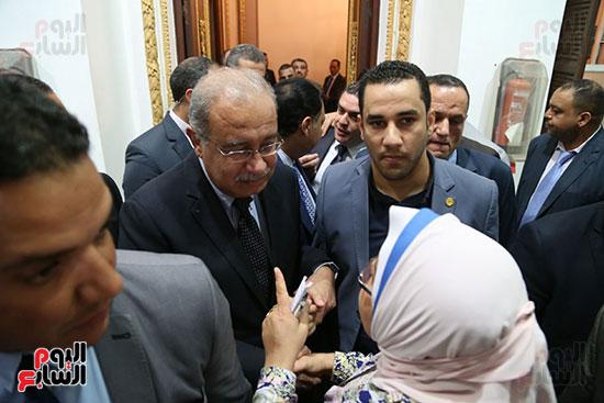 التفاف النواب حول رئيس الوزراء بعد خروجه من القاعة (9)
