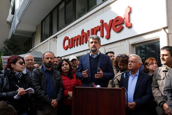 """صحيفة جمهورييت التركية المعارضة ترفض """"الاستسلام"""" بعد توقيف رئيس تحريرها"""
