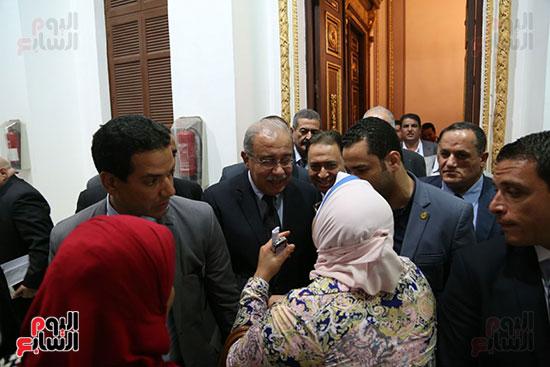 التفاف النواب حول رئيس الوزراء بعد خروجه من القاعة (1)