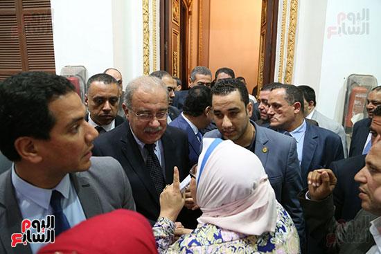 التفاف النواب حول رئيس الوزراء بعد خروجه من القاعة (8)