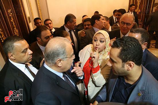 التفاف النواب حول رئيس الوزراء بعد خروجه من القاعة (6)