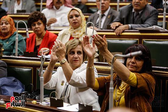 النائبات يصفقن للنائب أحمد سعيد لاعتراضه على عدم حضور الحكومة