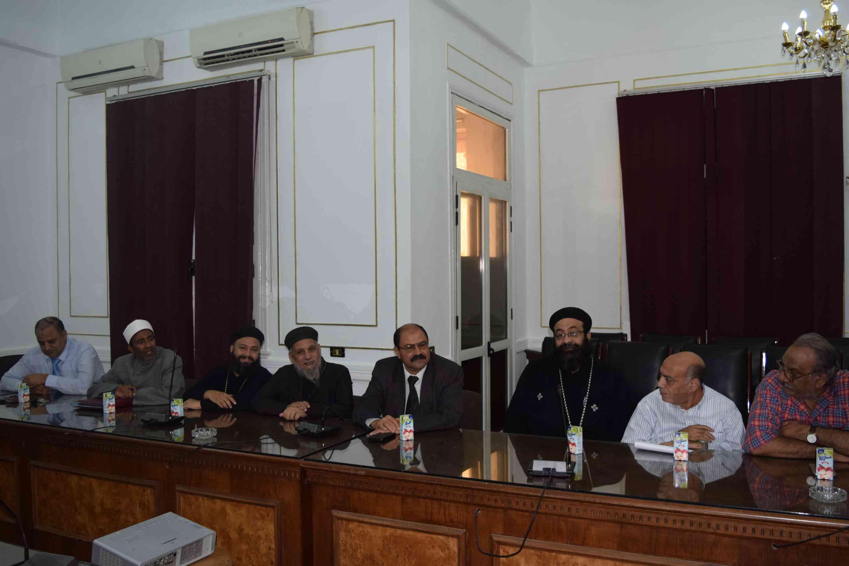 اللواء عصام البديوي محافظ المنيا يناقش مع أعضاء بيت العائلة الوضع فى المحافظة
