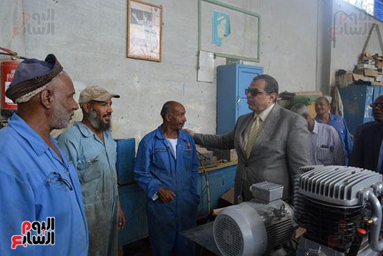 وزير القوى العاملة مع العمال بالمصنع