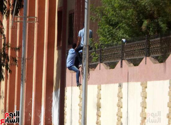 هروب الطلاب من المدرسة على السور