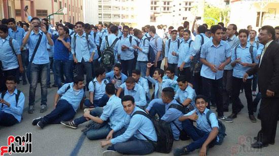 جلوس الطلاب فى الفناء بجوار المدرسين