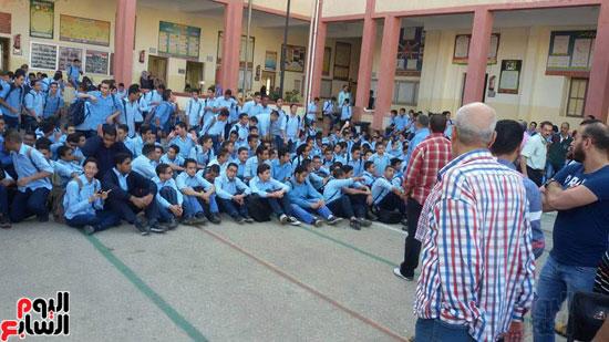 تجمع الطلاب وجلوسهم على الأرض فى فناء المدرسة