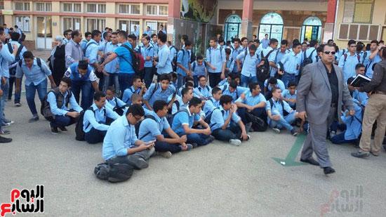 الطلاب يهتفون ارحل لمحافظ بورسعيد