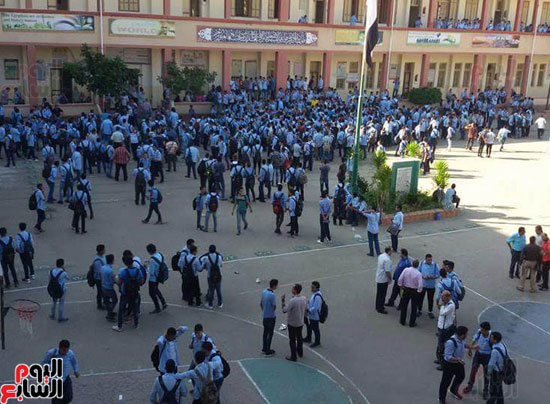 تجمع جميع الطلاب فى فناء المدرسة