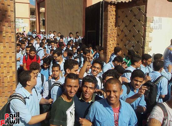 خروج الطلاب من المدرسة الساعة 12:30 ظهرا