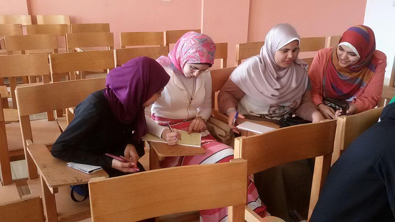 طالبات سياسة واقتصاد اثناء التدريب على كتابة الخبر