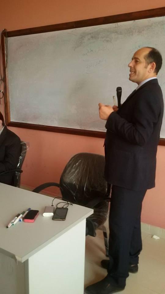 الكاتب محمد ثروت اثناء القاء محاضرة