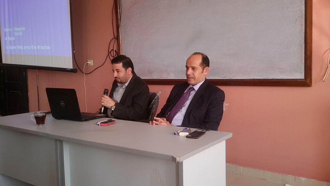 الدكتور هشام بشير اثناء تقديم المحاضرة