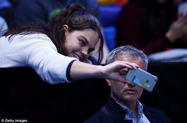 مورينيو يلتقط صورة سيلفى مع أحد المشجعات