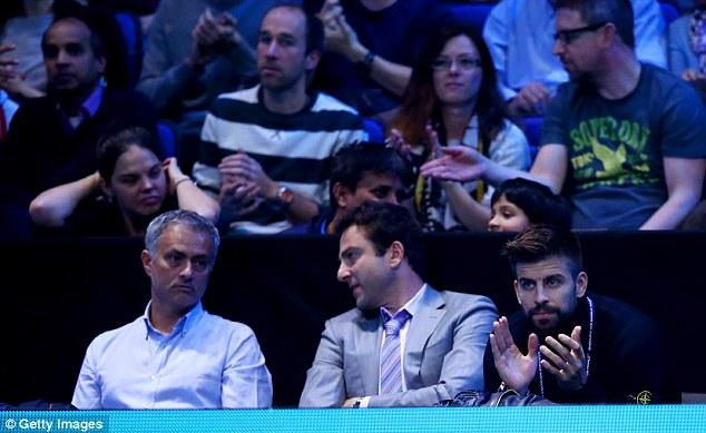 مورينيو وبيكيه يتابعان المباراة