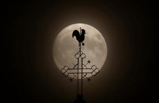 القمر يزين سماء العالم (1)
