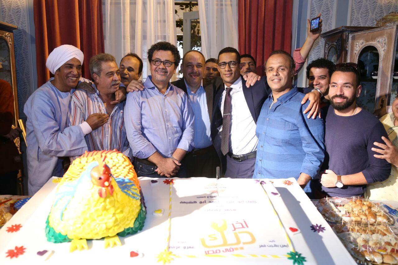 بالصور محمد رمضان يحتفل بـ آخر ديك فى مصر ويذبح عجلا اليوم