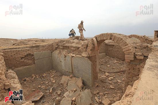 الجنود العراقيون يمشون على بقايا المدينة