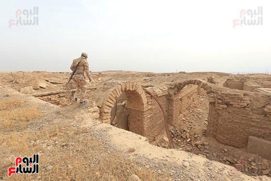 جندى عراقى يمشى على حطام المدينة الأثرية