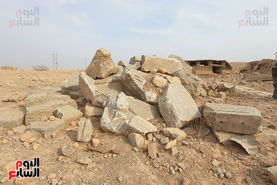 تدمير لوحة أثرية مرسومة على صخرة
