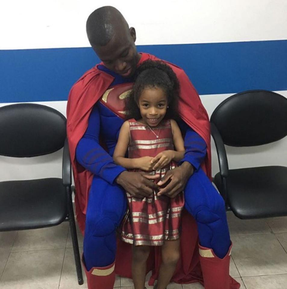 فالنسيا مع أحد الاطفال